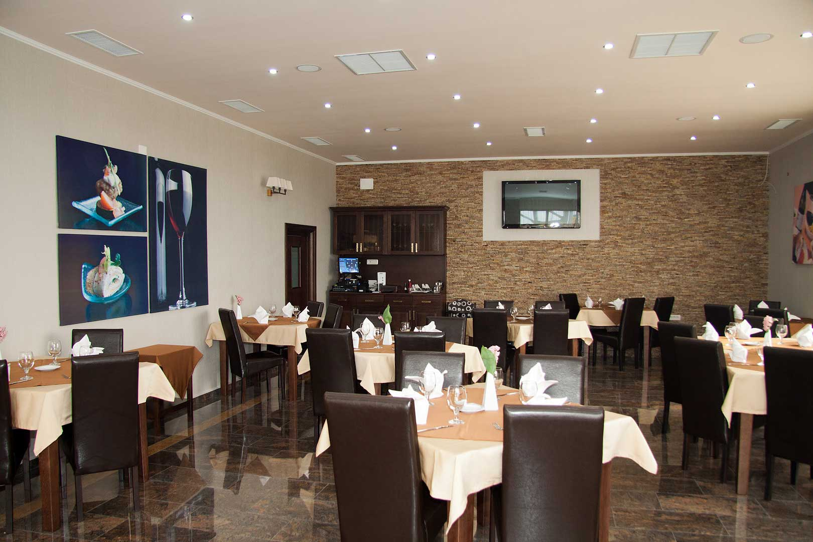 83nko_hotel-han-restaurant-2.jpg
